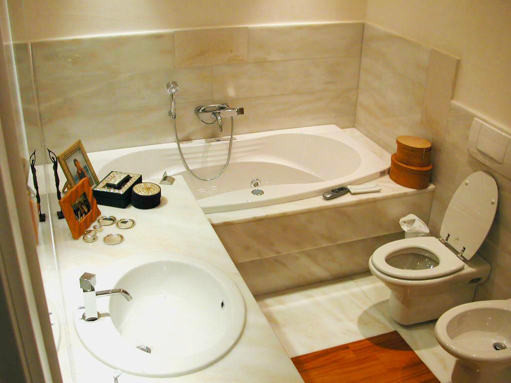 Top bagni in marmo lavorato con metodi tradizionali